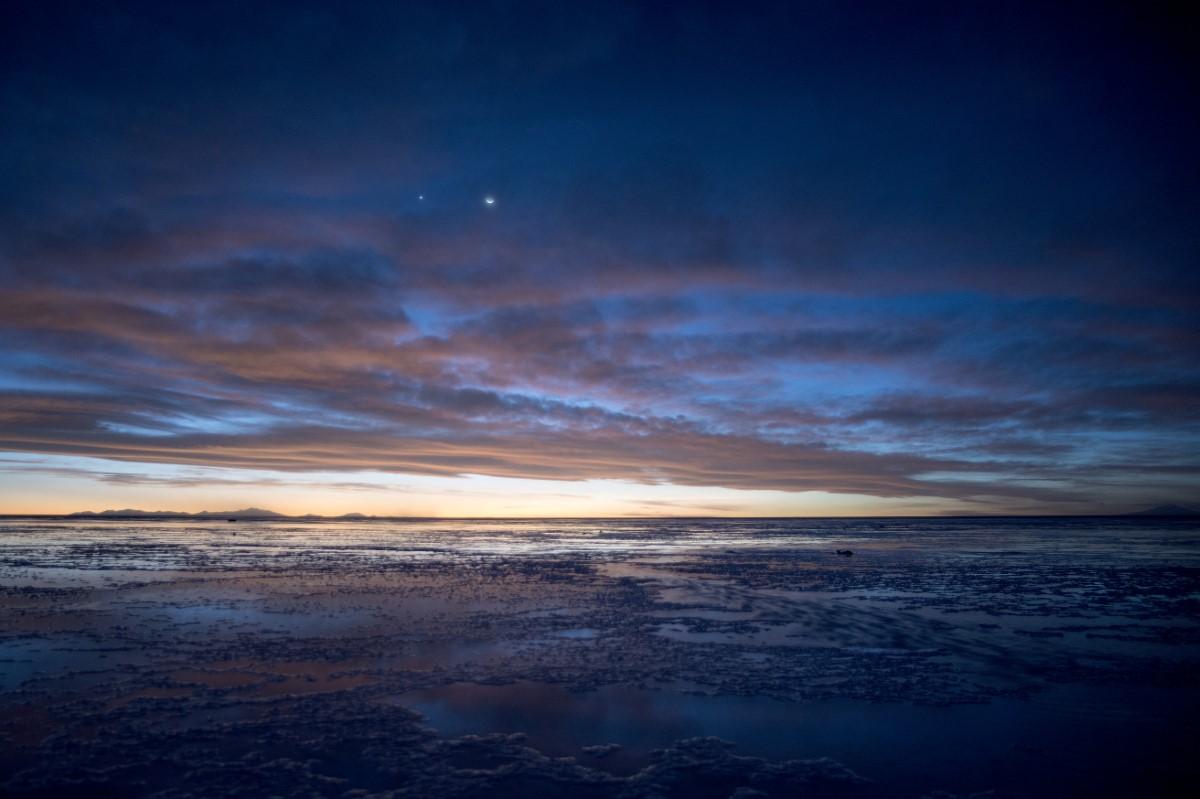 De maan en Venus boven de zoutvlakte