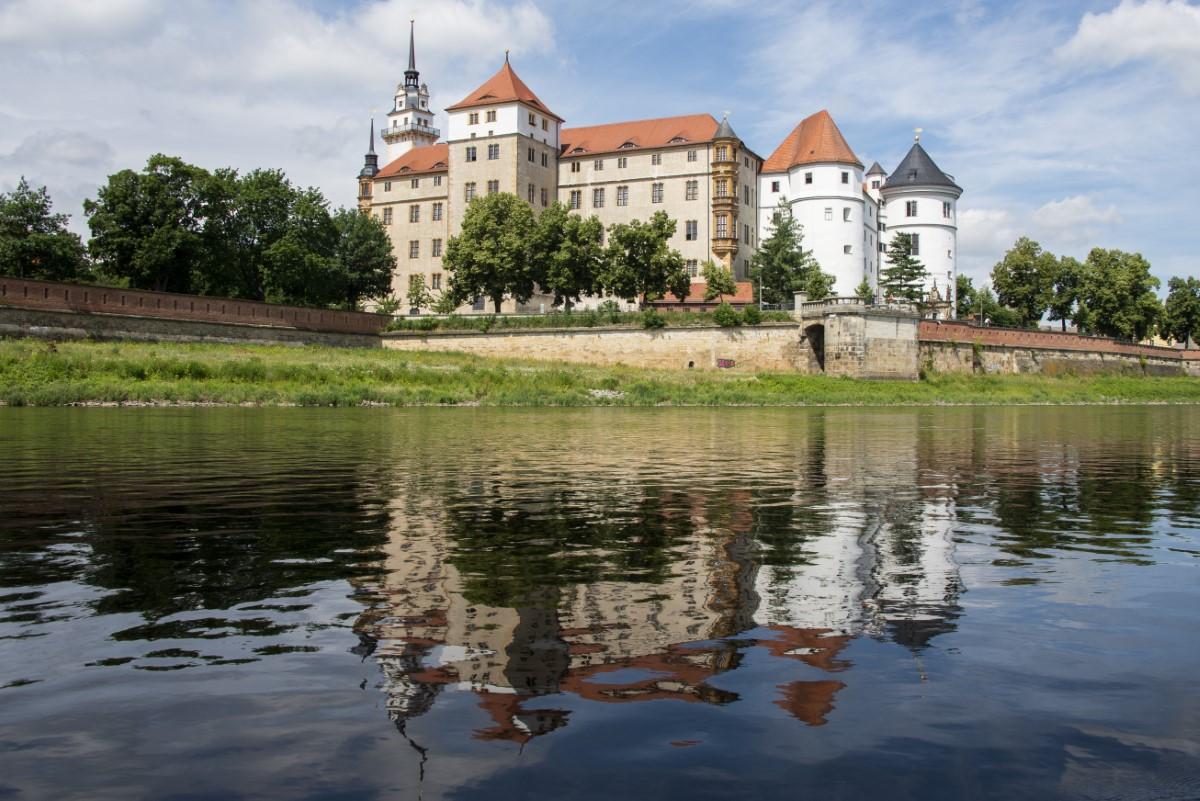 Schloss Hartenfels vanaf de Elbe