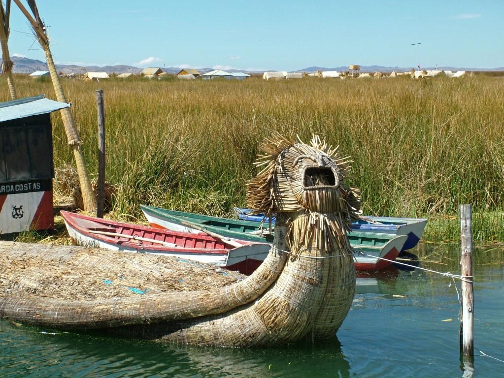 rieteilanden en boot van de Uros-indianen