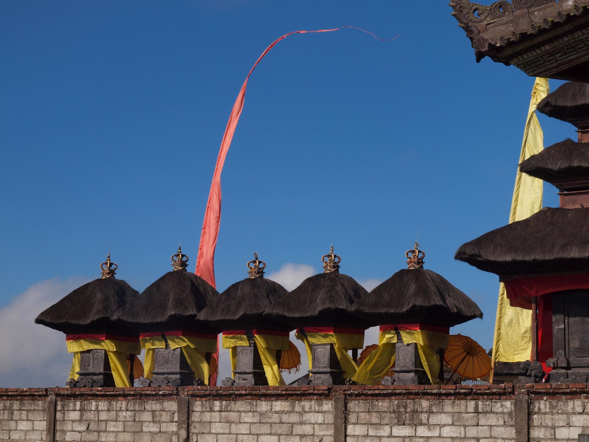 Bij een tempel op Bali