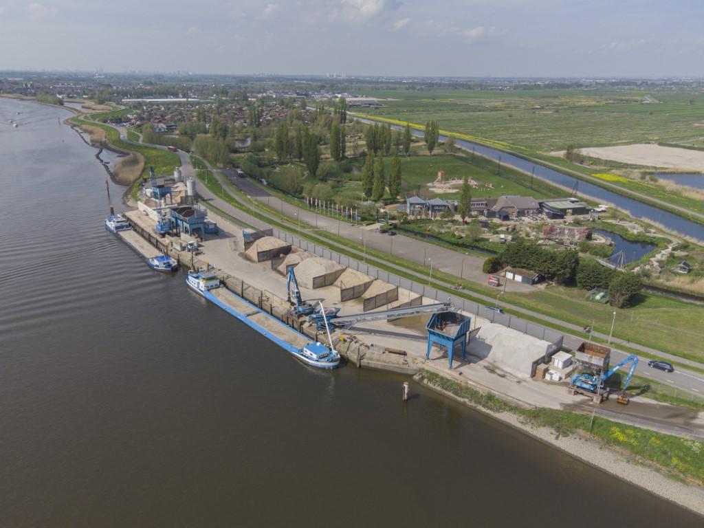 Zand en grind bedrijf aan de Hollandse IJssel